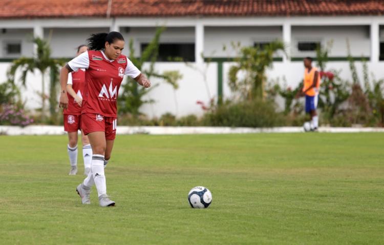 No início do ano, a lutadora participou de um campeonato de futebol em sua cidade natal - Foto: Adilton Venegeroles | Ag. A TARDE