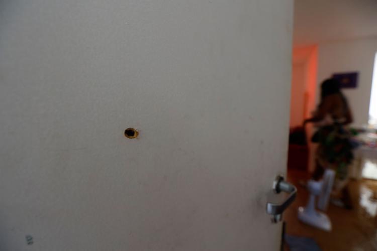 Família nega versão da polícia, e afirma que apenas um tiro foi disparado Fotos: Rafael Martins | Ag. A TARDE - Foto: Rafael Martins | Ag. A TARDE