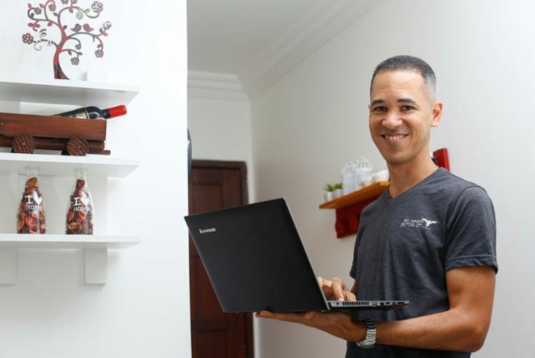 O designer Edileno tornou-se MEI ainda em 2013 - Foto: Rafael Martins | Ag. A TARDE