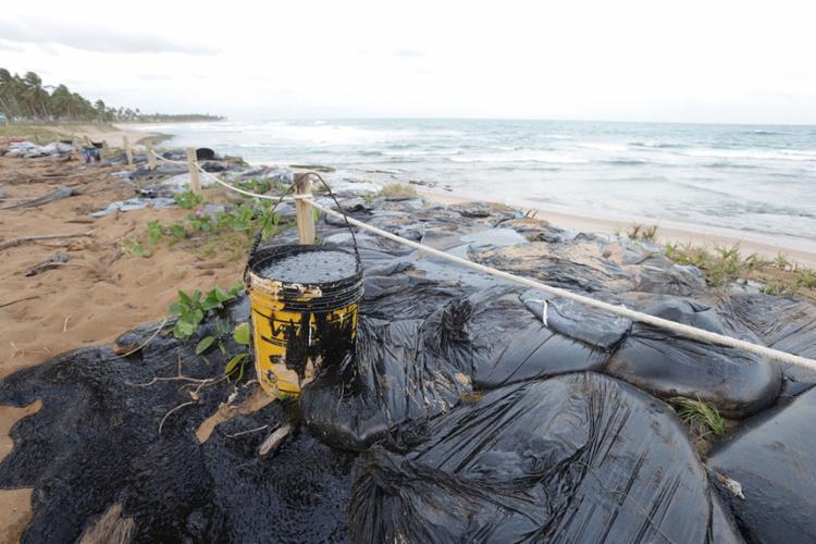 Manchas de óleo seguem aparecendo no litoral baiano - Foto: Uendel Galter | Ag. ATARDE