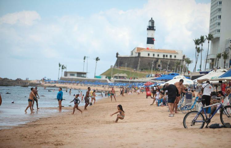 Apesar de ter sido atingida pelo material, a praia do Farol da Barra está liberada para o banho de mar - Foto: Felipe Iruatã | Ag. A TARDE