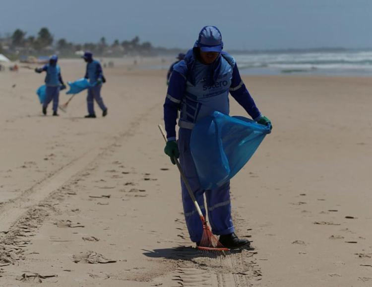 Agentes da Limpurb atuam na limpeza das praias - Foto: Joá Souza | Ag. A TARDE