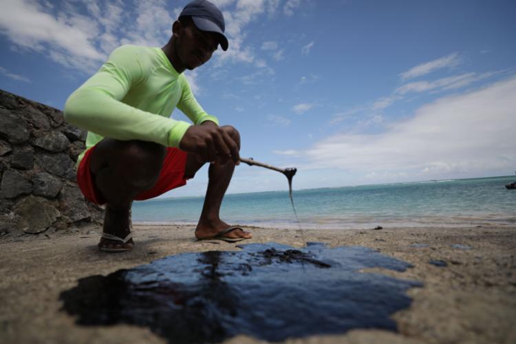 Óleo em Vera Cruz, Ilha de Itaparica, o retrato do horror - Foto: Joá Souza l Ag. A TARDE