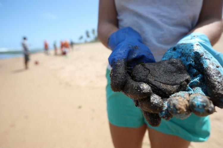 Contato com o óleo pode causar sérios danos a saúde - Foto: Felipe Iruatã | Ag. A TARDE