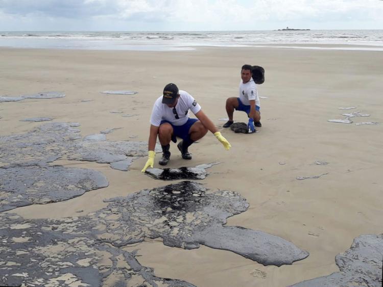 Militares da Marinha durante limpeza das mancha de óleo na praia da avenida Soares Lopes, em Ilhéus Foto: Divulgação | Marinha do Brasil - Foto: Divulgação | Marinha do Brasil