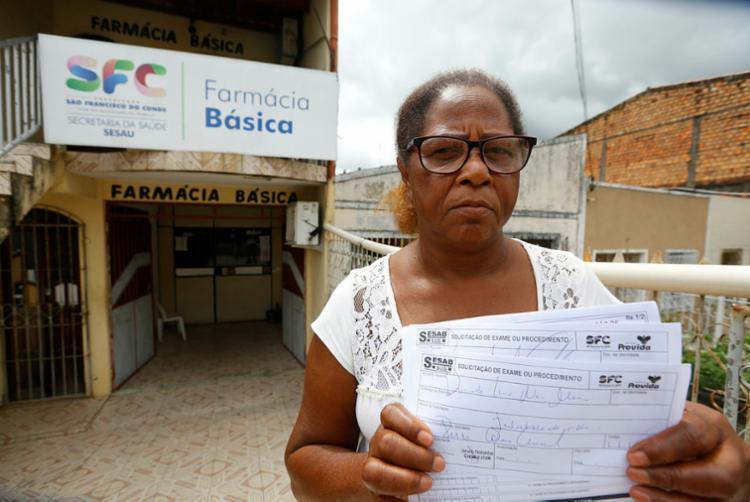 Raimunda Bispo, de 60 anos, não consegue encontrar medicamentos necessários para tratamento - Foto: Rafael Martins | Ag. A TARDE