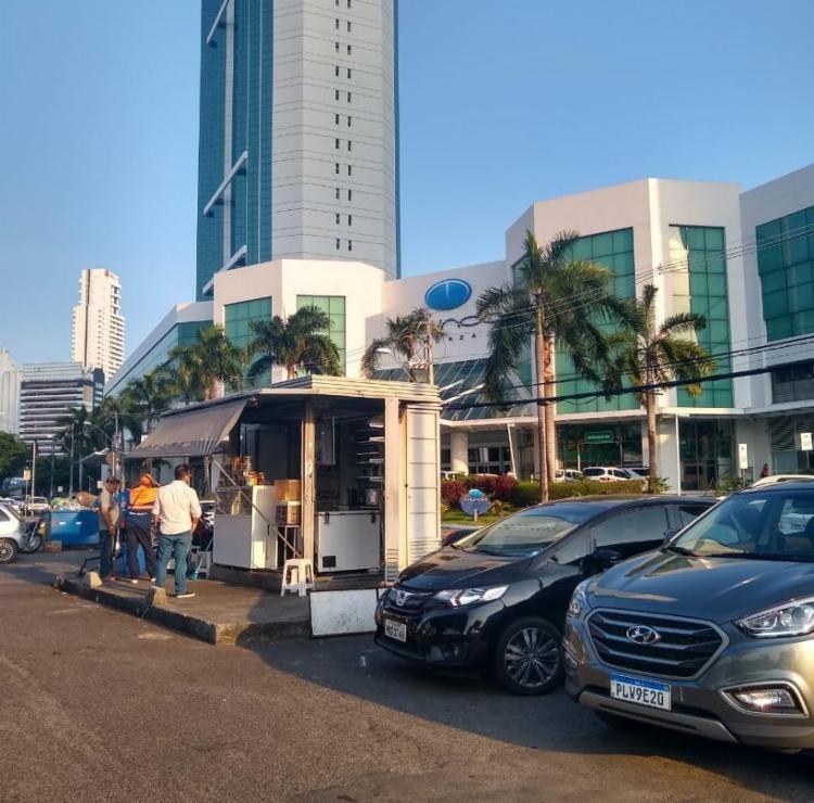O PM estava lanchando em uma barraca em frente ao Empresarial Mundo Plaza - Foto: Nicolas Melo | Ag. A TARDE
