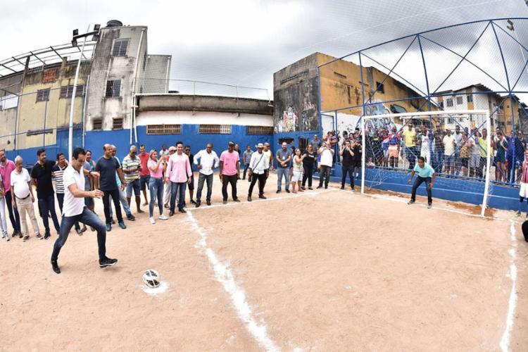 O vice-prefeito Bruno Reis deu o primeiro pontapé do campo - Foto: Max Haack   Secom