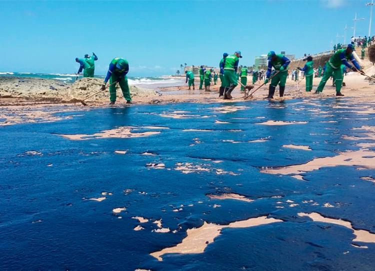 Equipes da Limpurb iniciaram o processo de remoção da mancha - Foto: Shirley Stolze | Ag. A TARDE