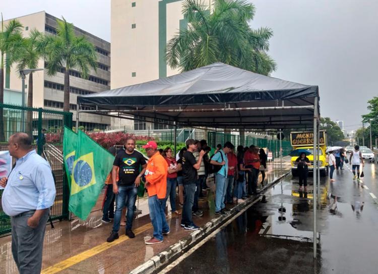 Trabalhadores se reuniram por volta das 6h em frente a sede da Petrobrás, no Itaigara - Foto: Joá Souza   Ag. A TARDE