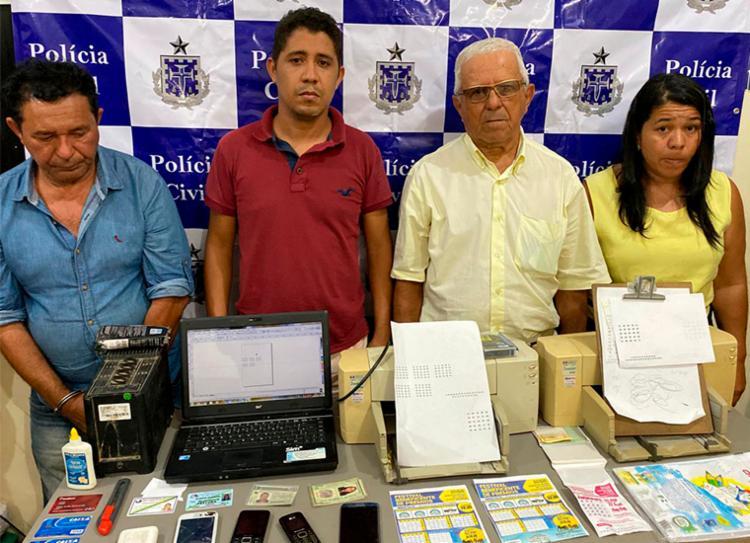 Grupo imprimia os números do sorteio e retiravam a numeração da cartela original - Foto: Divulgação   SSP-BA