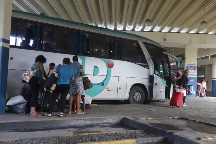 As empresas de ônibus que saem da Rodoviária de Salvador vão oferecer de 70 a 100 horários extras - Foto: Uendel Galter | Ag. A TARDE
