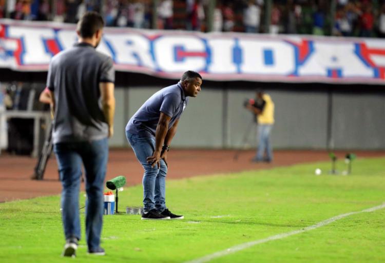 À beira do campo, Roger Machado acompanhou a sua equipe perder pontos em casa mais uma vez - Foto: Adilton Venegeroles | Ag. A TARDE
