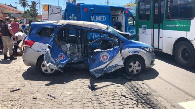 Ônibus se chocou com lado esquerdo da viatura - Foto: Cidadão Repórter via WhatsApp