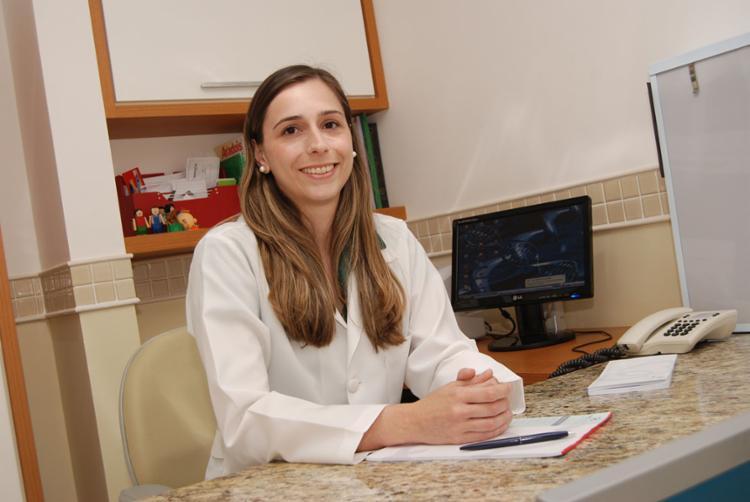 Larissa Bueno é médica geneticista da Diagnoson a+, especializada em Genética Médica pela Universidade Federal de São Paulo e em Oncogenética pela Universidade Federal do Rio Grande do Sul (UFRGS)