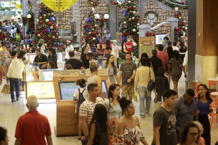 Shoppings de Salvador antecipam a chegada do clima de consumo com temas natalinos - Foto: Raul Spinassé   Ag. A TARDE