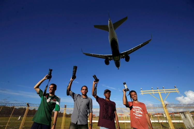 Yan, Raone, Marcos e Aldo integram o grupo de 120 spotters cadastrados na Bahia, que ganharam espaço privilegiado no aeroporto de Salvador - Foto: Adilton Venegeroles / Ag. A TARDE