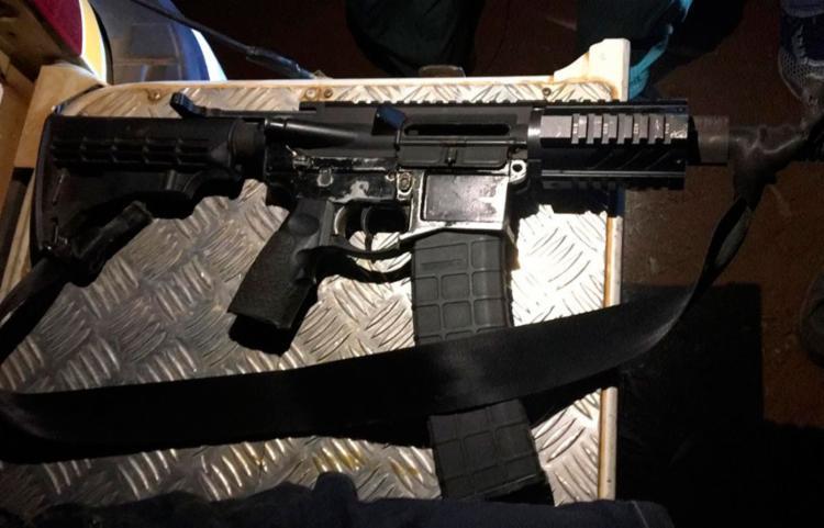 Suspeitos foram encontrados com um fuzil modelo M4, calibre 53, e 37 munições - Foto: Divulgação | SSP
