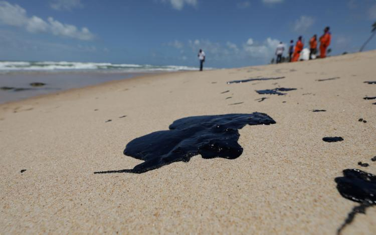 A mancha de óleo chegou ao litoral baiano - Foto: Adilton Venegeroles   Ag. A TARDE
