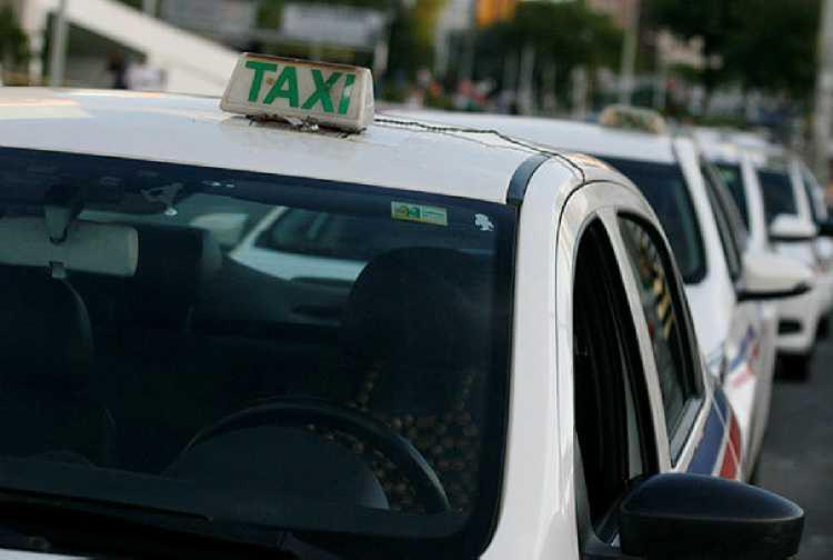 Taxistas passaram por várias avenidas da cidade - Foto: Joá Souza | Ag. A TARDE