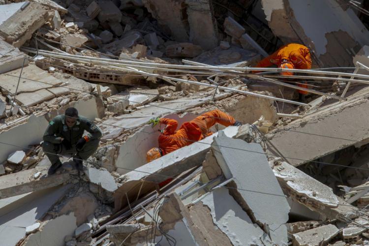 As equipes de busca continuam tentando localizar cinco pessoas que, segundo parentes, estavam no interior do prédio no momento do acidente - Foto: Rodrigo Patrocínio | AFP