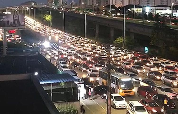 Protesto deixou o fluxo de veículos caótico na avenida Paralela - Foto: Reprodução