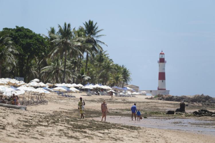 A jovem estava sozinha nas pedras da praia quando foi surpreendida por dois homens armados - Foto: Raul Spinassé | Ag. A TARDE