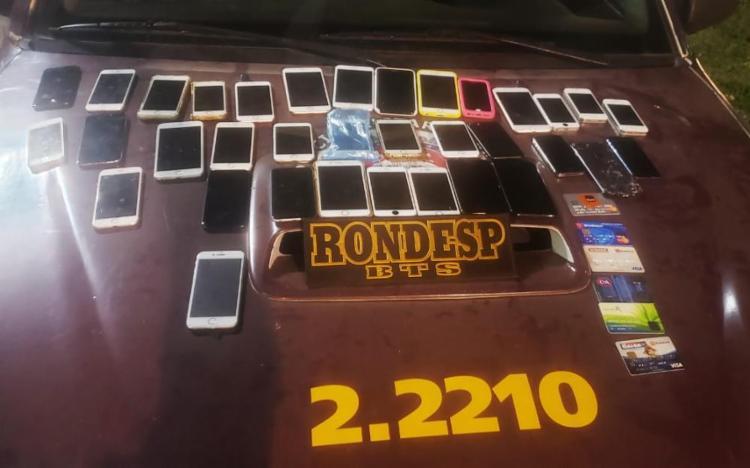 O trio e os celulares foram apresentados na Central de Flagrantes da Polícia Civil, localizada na região do Shopping da Bahia - Foto: Divulgação/SSP