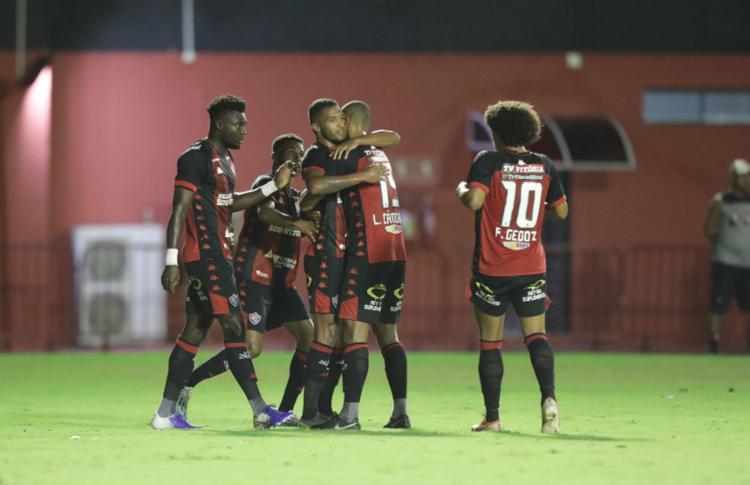 Jogadores do Leão vibram com Felipe Garcia, autor do primeiro gol - Foto: Adilton Venegeroles l Ag. A TARDE