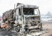 Carreta com frangos pega fogo na BR-116 | Foto: Reprodução | Acorda Cidade