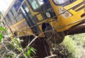 Ônibus escolar fica pendurado em ponte no interior da Bahia | Foto: Cidadão Repórter | Via WhatsApp