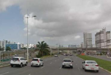 Motorista fica ferido após perder controle de veículo na avenida Paralela