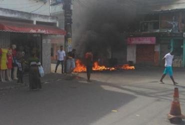 Grupo faz protesto e bloqueia via na Estrada das Barreiras