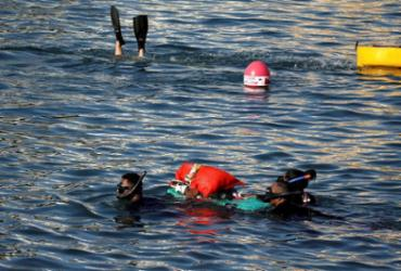 Grupo coleta 20 kg de lixo no mar do Porto da Barra em uma hora | Felipe Iruatã | Ag. A TARDE