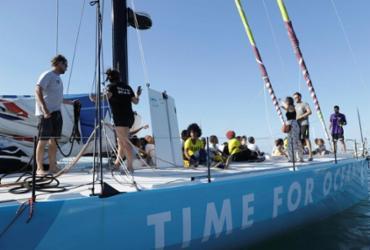 Crianças conhecem veleiro 'Time for Oceans' | Uendel Galter | Ag. A TARDE