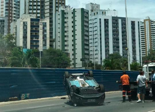 Homem fica ferido em acidente com capotamento na Av. Juracy Magalhães Júnior | Ashley Malia | Ag. A TARDE