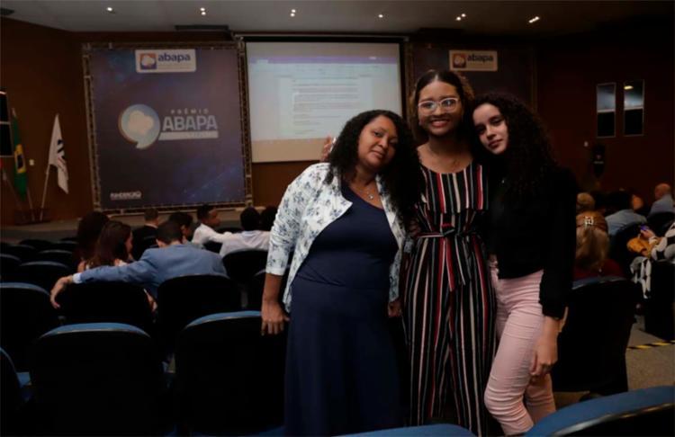Estudante Valéria Pereira (ao centro) foi acompanhada da colega Karen Rayane e da sua mãe (à esq.)
