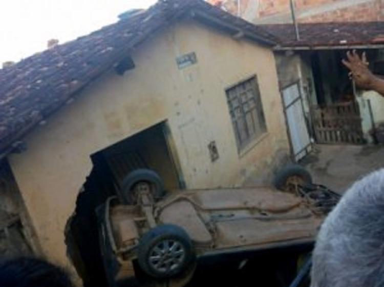 Motorista perdeu a direção do carro e invadiu uma casa Foto: Reprodução | Voz da Bahia - Foto: Reprodução | Voz da Bahia