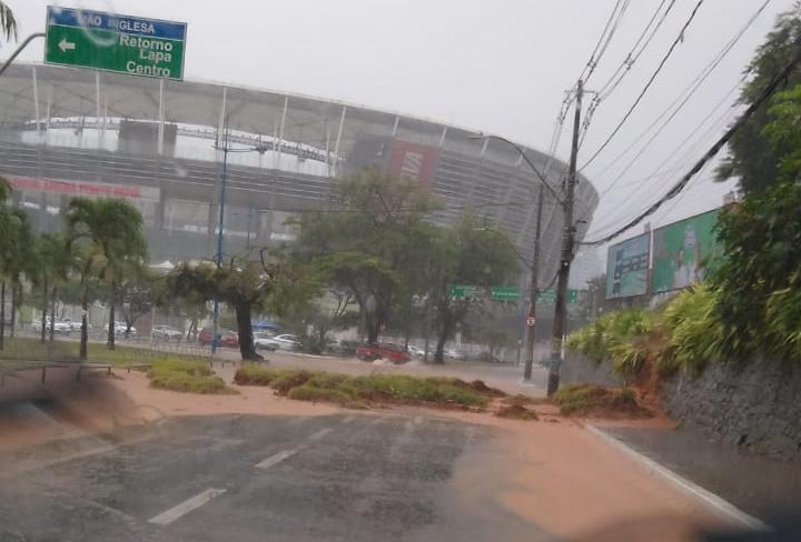 Deslizamento de terra bloqueia passagem de veículos nas proximidades da Arena Fonte Nova   Foto: Cidadão Repórter