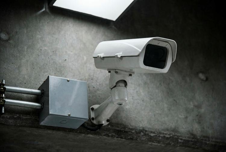 Imagens de câmeras de segurança auxiliam na na identificação de suspeitos - Foto: Freepik / Divulgação