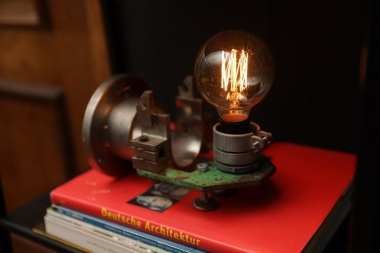 Os objetos da Struto, como essa luminária, costumam ser pensadas a partir de visitas ao ferro-velho