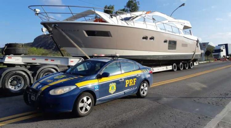 Carga e o veículo ficarão retidos no pátio credenciado da PRF até que seja regularizada a autorização para o transporte - Foto: Divulgação | PRF