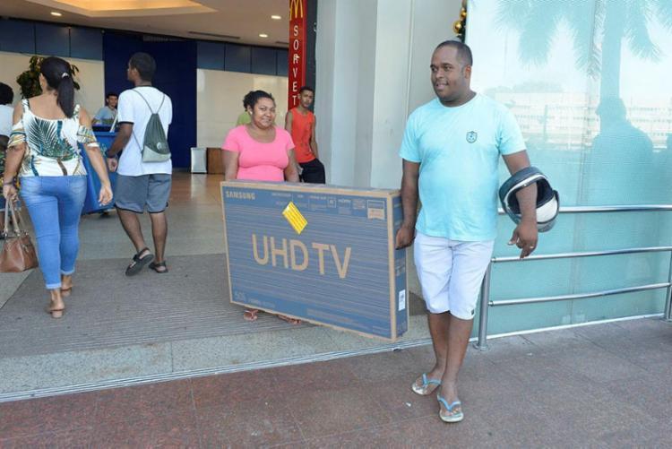 William Souza foi o primeiro a garantir uma TV | Foto: Shirley Stolze | Ag. A TARDE - Foto: Shirley Stolze | Ag. A TARDE