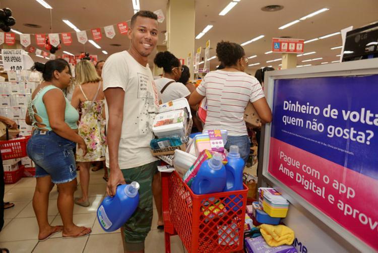 Alan Ribeiro preferiu as promoções do setor de utensílios para o lar || Ag. A TARDE