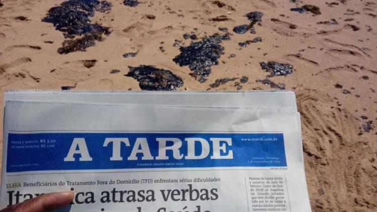 Manchas de óleo na praia de Busca Vida estão sendo retiradas por moradores