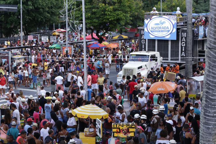 Resultado de imagem para Duas pessoas são baleadas e uma presa durante a Caminhada do Samba