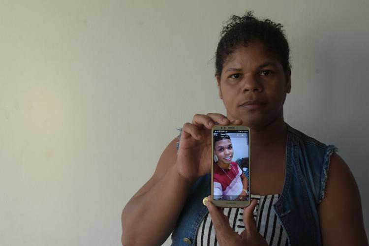 Mãe do jovem Rodrigo dos Santos pede justiça | Foto: Filipe Augusto | Ag. A TARDE - Foto: Filipe Augusto | Ag. A TARDE