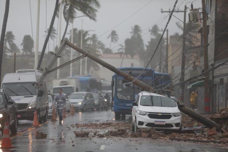 Táxi foi atingido por poste após deslizamento de terra   Foto: Raul Spinassé   Ag. A TARDE - Foto: Raul Spinassé   Ag. A TARDE