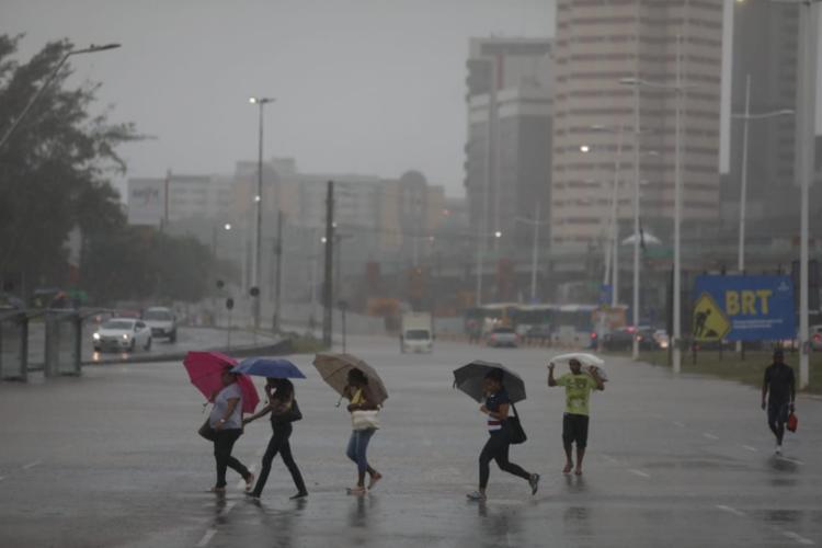 Temporal ocorre em virtude de uma frente fria vinda do Sudeste | Foto: Raul Spinassé | Ag. A Tarde - Foto: Raul Spinassé | Ag. A Tarde