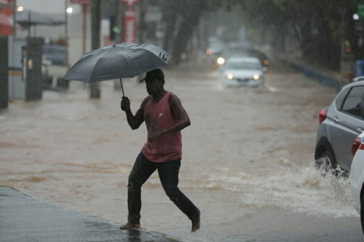 Moradores tentam escapar das situações de risco provocadas pela chuva   Foto: Raul Spinassé   Ag. A TARDE - Foto: Raul Spinassé   Ag. A TARDE